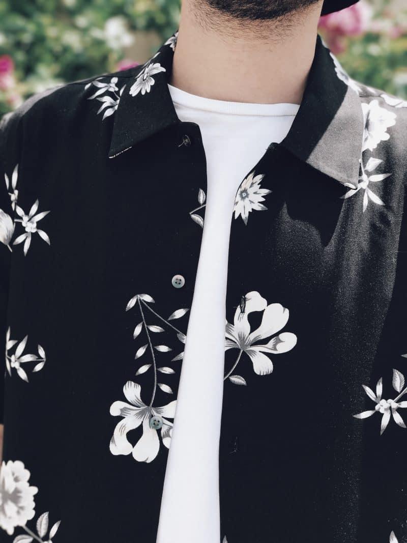 La chemise à fleurs